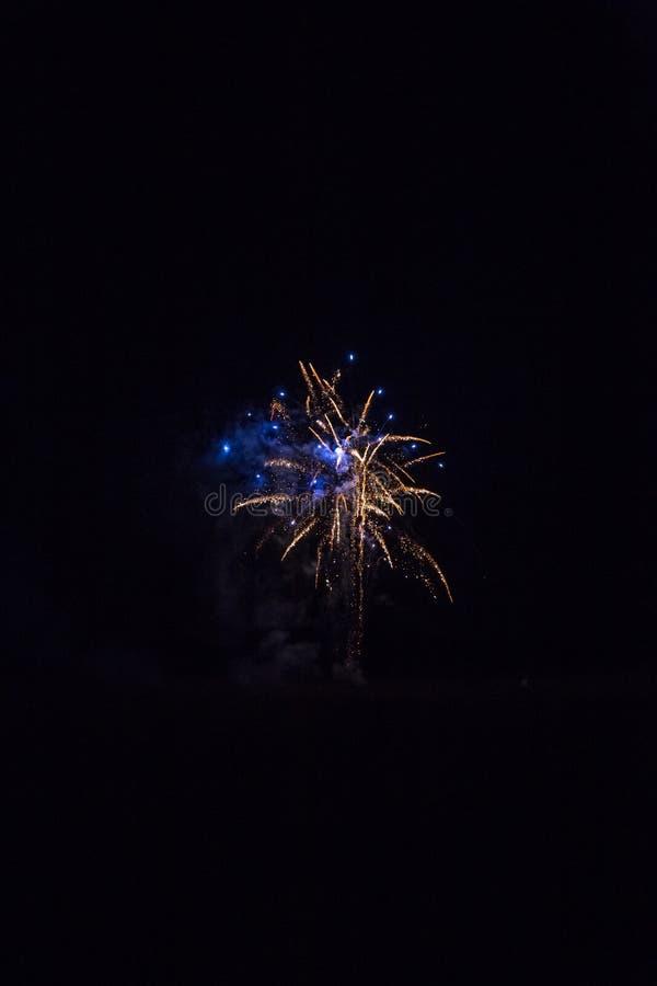 Fundo com Fireworks dourado e azul com Espaço Livre para Texto imagem de stock royalty free