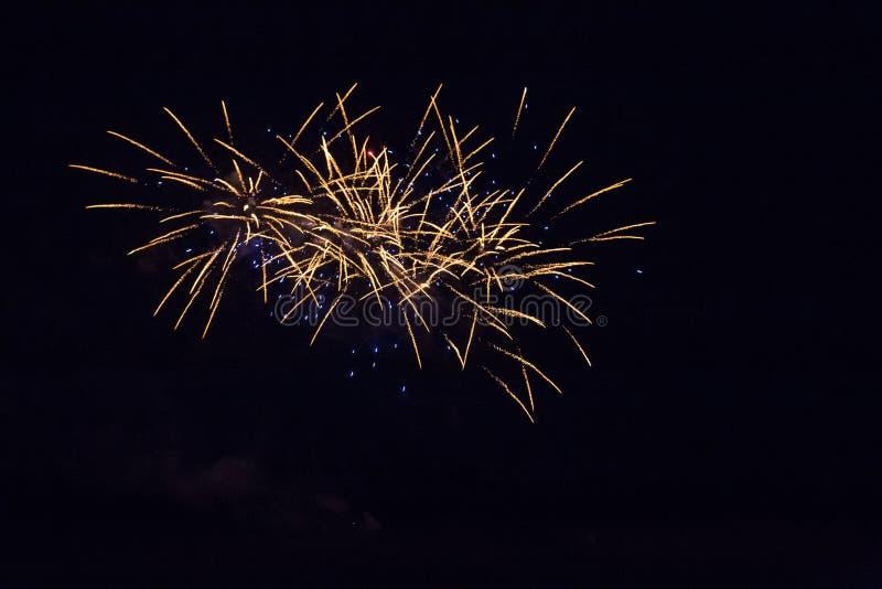 Fundo com Fireworks dourado e azul com Espaço Livre para Texto fotos de stock royalty free