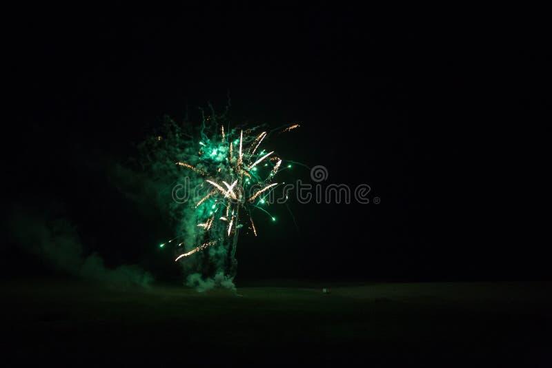 Fundo com Fireworks verde e dourado com Espaço Livre para Texto fotos de stock