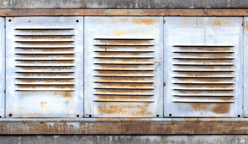 Fundo com a grade velha da ventilação do metal fotografia de stock
