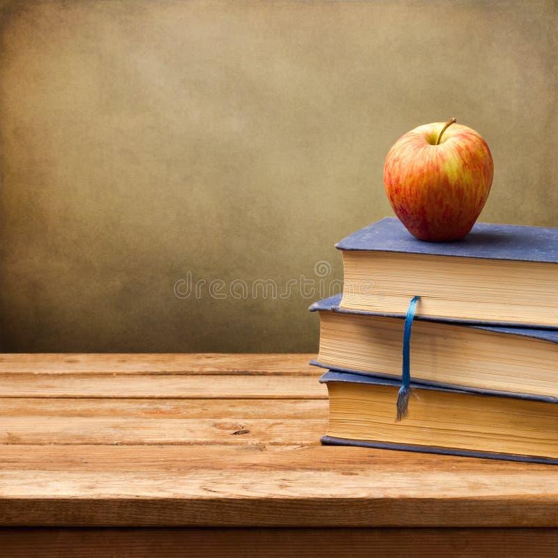Fundo com livros e maçã do vintage foto de stock