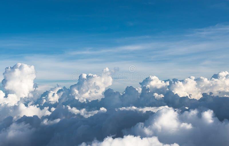 Fundo com nuvem branca, fim do céu azul acima fotografia de stock