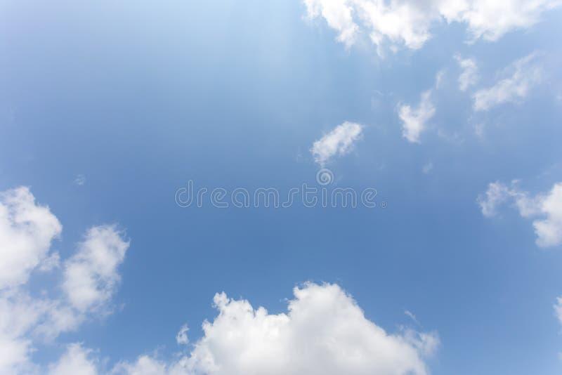 Fundo com nuvens, céu do céu azul do fundo foto de stock