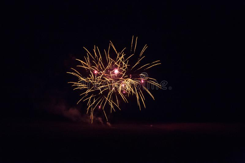Fundo com o Firework dourado e vermelho com espaço livre para texto fotos de stock royalty free
