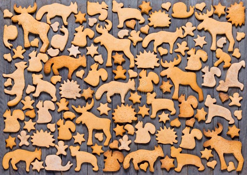 Fundo com o pão-de-espécie das cookies do Natal Pão-de-espécie na forma dos animais, das estrelas e dos corações fotografia de stock royalty free