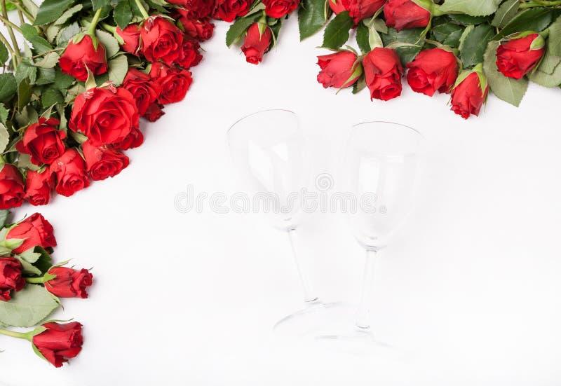Fundo com rosas vermelhas e vidro de vinho fotos de stock
