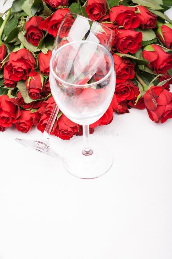 Fundo com rosas vermelhas e vidro de vinho imagens de stock