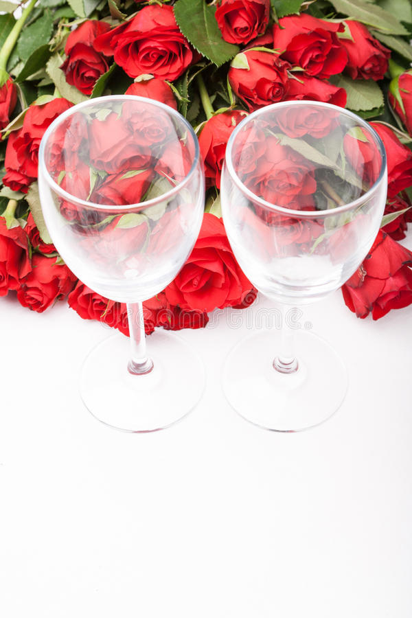 Fundo com rosas vermelhas e vidro de vinho foto de stock royalty free