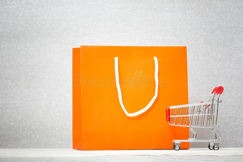 Fundo com saco de compras colorido imagens de stock