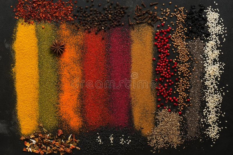Fundo com uma variedade de especiarias coloridas fotografia de stock