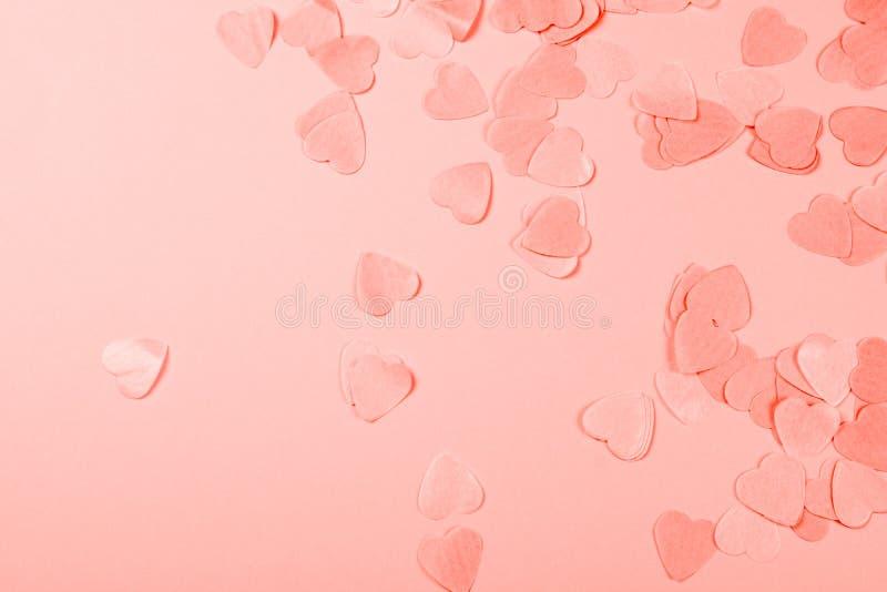Fundo coral com confetes coração-dados forma fotografia de stock royalty free
