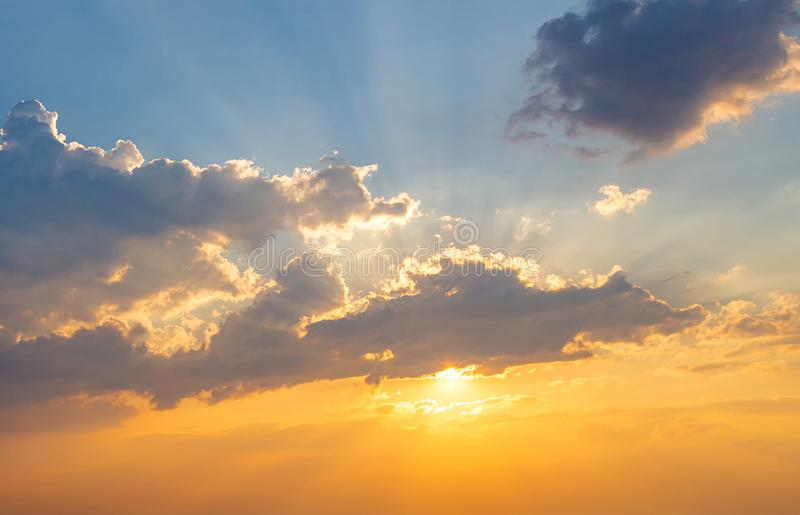 Fundo crepuscular do c?u C?u e nuvem coloridos do por do sol c?u v?vido no fundo crepuscular do tempo C?u alaranjado impetuoso do foto de stock royalty free