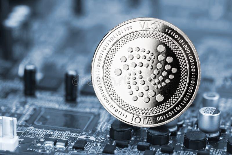 Fundo cripto do computador da mineração da moeda de prata da moeda do Iota foto de stock
