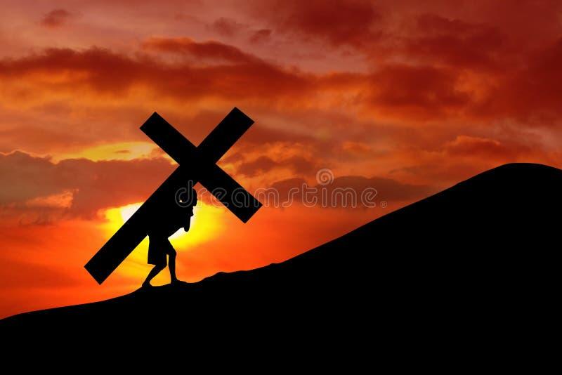 Fundo cristão - homem que carreg uma cruz foto de stock
