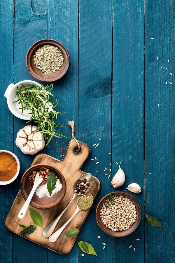 Fundo culinário com as especiarias na tabela de madeira imagem de stock royalty free