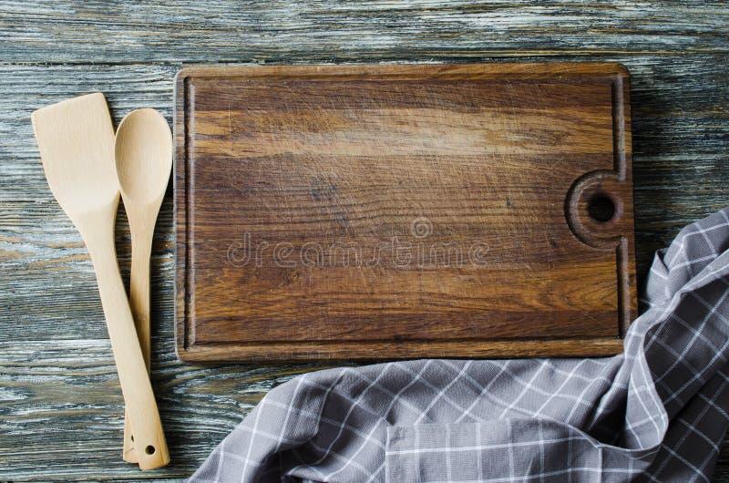 Fundo culinário com kitchenware rústico na tabela de madeira do vintage fotografia de stock royalty free
