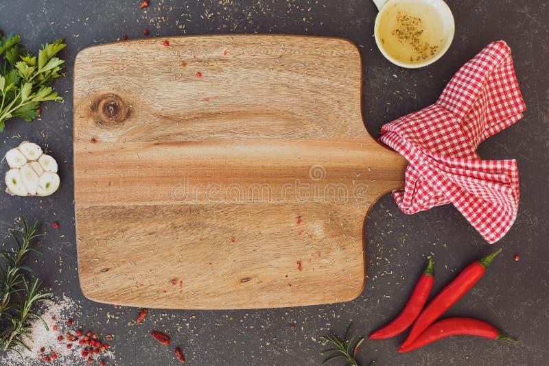 Fundo culinário com placa de corte vazia fotografia de stock royalty free