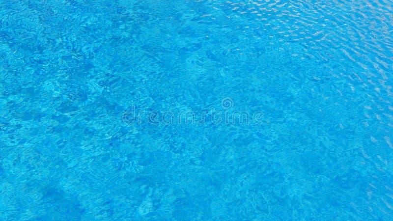 Fundo da água da piscina com textura da superfície da água com efeito de ondinha fotografia de stock