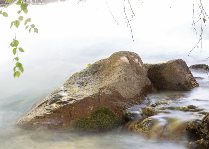 Fundo da água turbulenta no rio da montanha fotos de stock royalty free