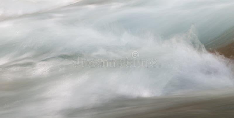 Fundo da água turbulenta no rio da montanha imagem de stock