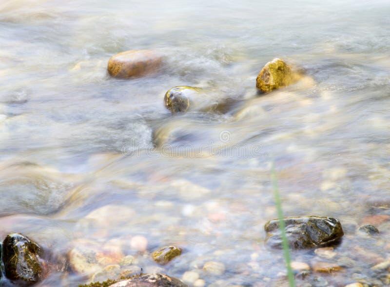 Fundo da água turbulenta no rio da montanha imagens de stock