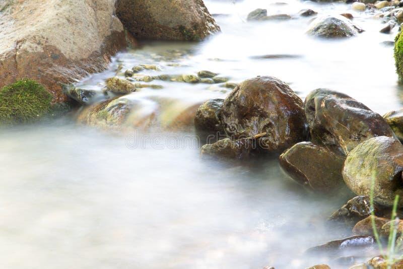 Fundo da água turbulenta no rio da montanha imagem de stock royalty free