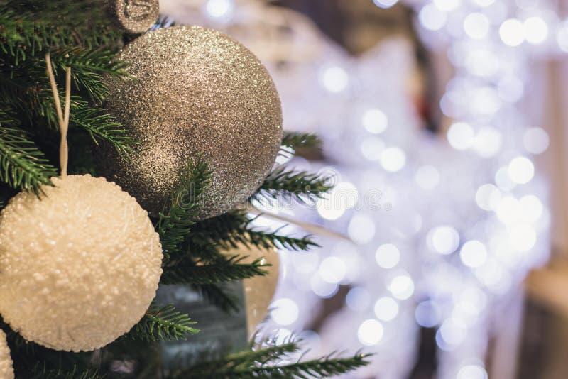 Fundo da árvore de Natal e decorações do Natal, bolas, borrado, efervescente, incandescendo Ano novo feliz e Natal fotos de stock
