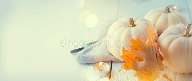 Fundo da acção de graças Tabela de madeira, decorada com abóboras, folhas de outono e velas imagem de stock