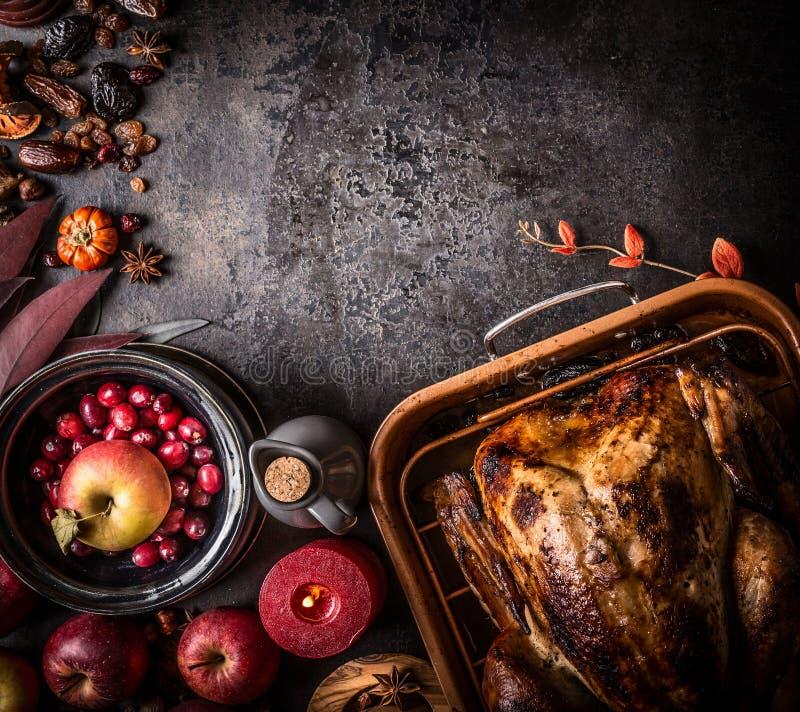 Fundo da ac??o de gra?as Peru enchido roasted todo na tabela rústica escura com maçãs, arandos, várias porcas, castanhas, fotos de stock royalty free