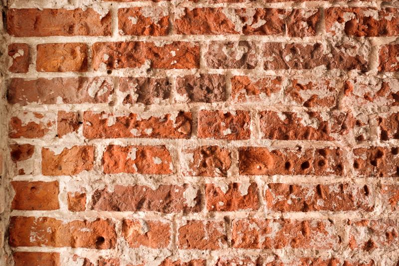 Fundo da antiga parede de tijolos sujos com pistão, textura foto de stock