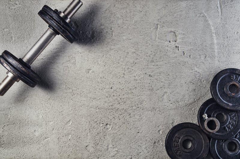 Fundo da aptidão ou do halterofilismo Pesos no assoalho do gym, vista superior fotografia de stock royalty free