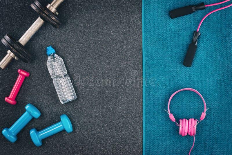 Fundo da aptidão ou do halterofilismo Pesos no assoalho do gym, vista superior fotos de stock royalty free