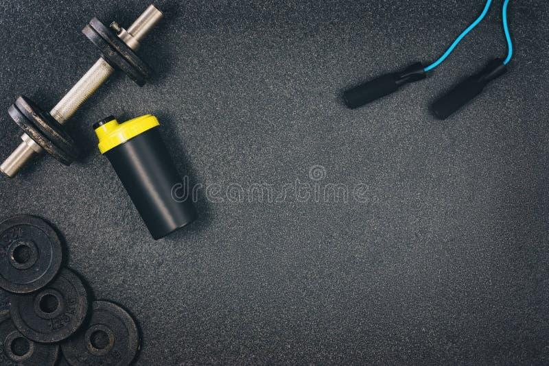 Fundo da aptidão ou do halterofilismo Pesos no assoalho do gym, vista superior fotografia de stock