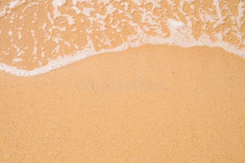 Fundo da areia da praia Beira da onda e da areia fotos de stock