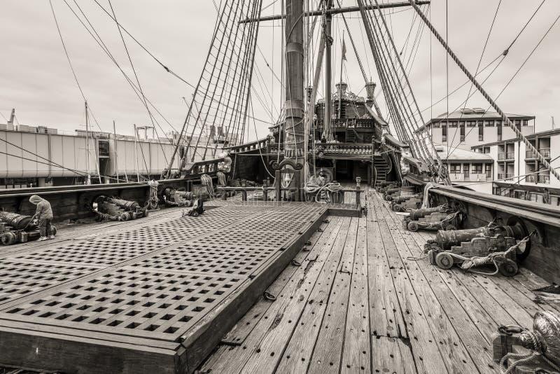Fundo da aventura do mar, navio velho e arma imagem de stock royalty free