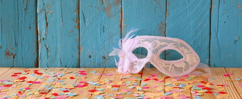 Fundo da bandeira do Web site da máscara Venetian do disfarce Foco seletivo Vintage filtrado imagens de stock