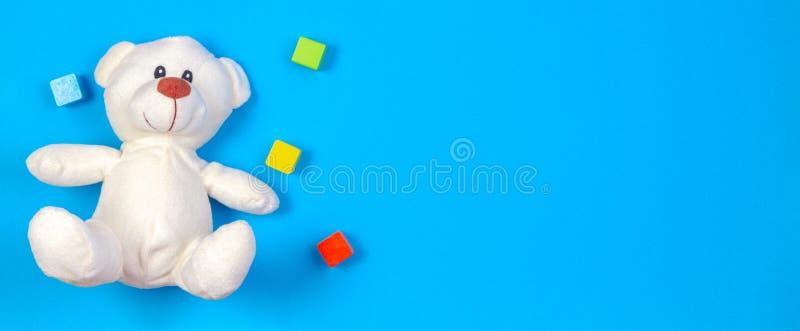 Fundo da bandeira dos brinquedos das crianças com urso de peluche e blocos de madeira coloridos fotografia de stock