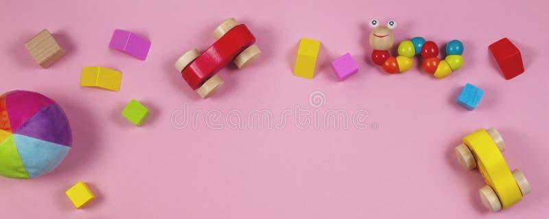 Fundo da bandeira dos brinquedos das crianças do bebê com os brinquedos de madeira e enchidos coloridos imagens de stock