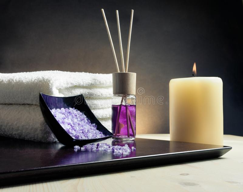 Fundo da beira da massagem dos termas com a toalha empilhada, o difusor do perfume e o sal do mar fotos de stock