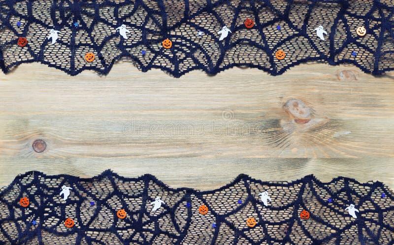 Fundo da beira de Dia das Bruxas Teia de aranha do laço do preto do aand das decorações de Dia das Bruxas no fundo de madeira esc imagem de stock royalty free