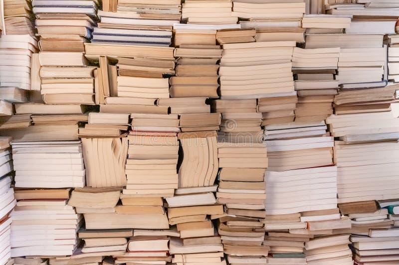Fundo da Bookcase Ensino geral Imagem de Vintage Grande pilha de livros Prateleiras com livros antigos na biblioteca antiga Prate imagens de stock royalty free