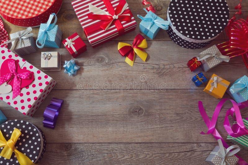 Fundo da compra do presente de época natalícia do Natal Vista de cima com do espaço da cópia imagem de stock