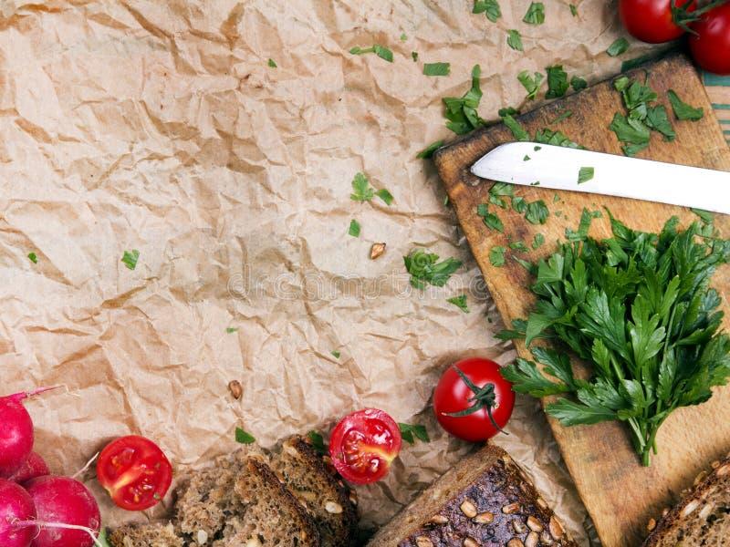 Fundo da cozinha com papel, tomates, rabanete e salsa do cozimento foto de stock royalty free