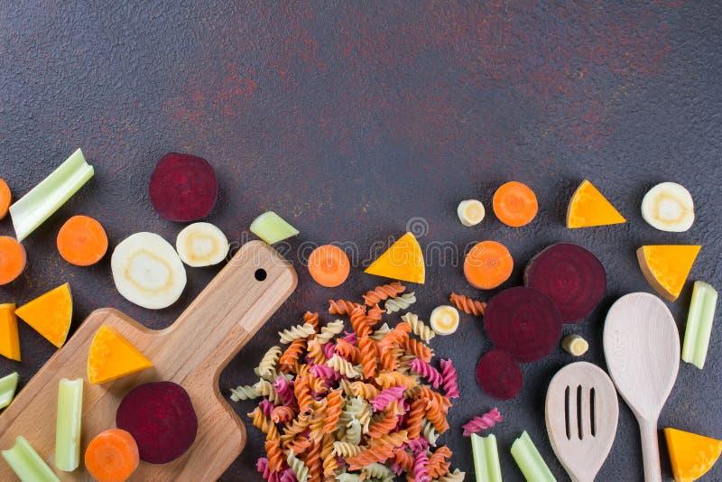Fundo da cozinha Cozinhando o alimento saudável delicioso Massa seca colorida feita dos vegetais e de suas tinturas vegetais natu imagem de stock royalty free