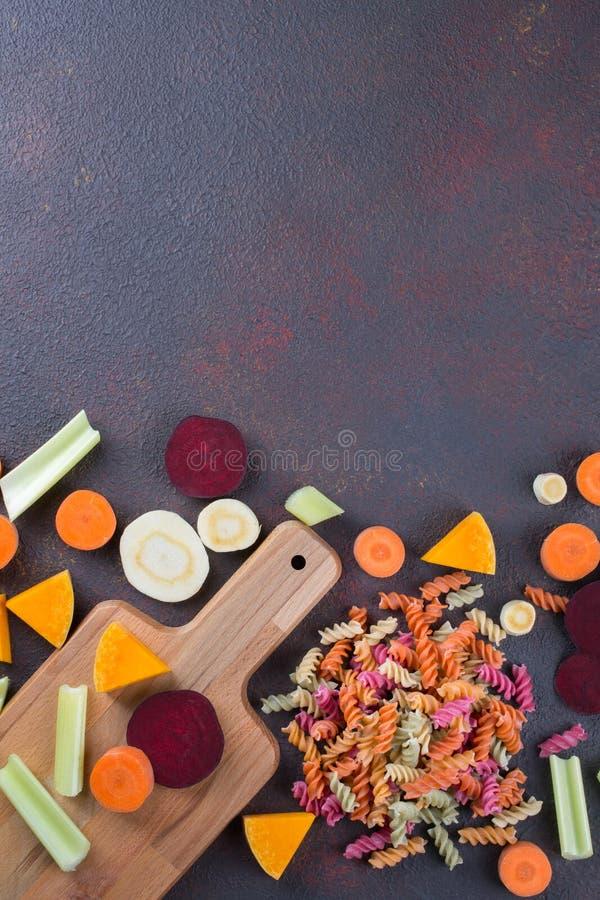 Fundo da cozinha Cozinhando o alimento saudável delicioso Massa seca colorida feita dos vegetais e de suas tinturas vegetais natu imagens de stock royalty free