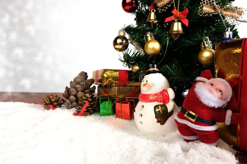 Fundo da decoração do Natal ou do ano novo cones do pinho do presente fotos de stock