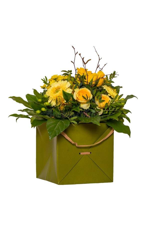 Fundo da decora??o da flor Close-up de um ramalhete bonito com as flores amarelas da mola em uma caixa de presente verde decorati imagens de stock