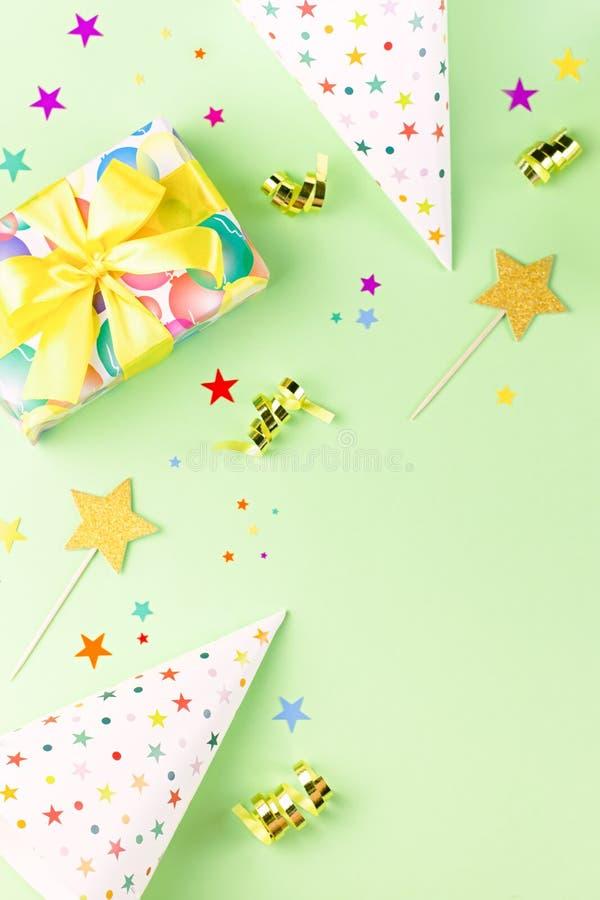 Fundo da festa de anos com presentes envolvidos, confetes, chapéus do partido, decorações, vista superior fotografia de stock royalty free