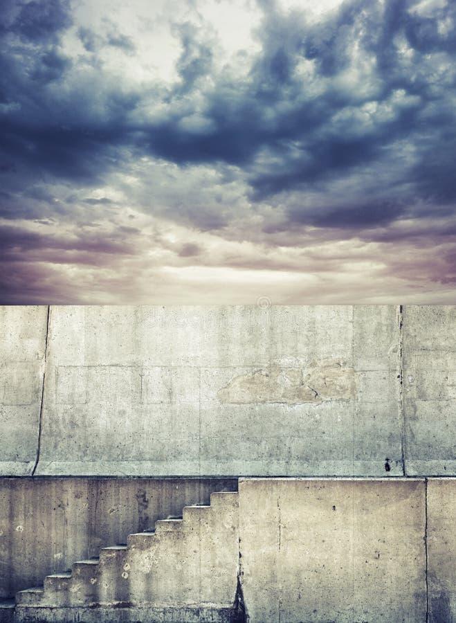 Fundo da foto com escadaria concreta e o céu nebuloso fotografia de stock