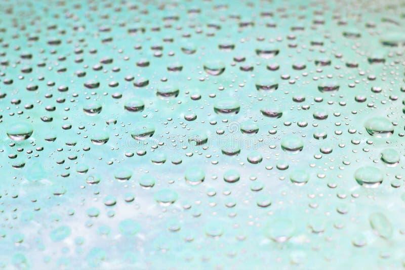 Fundo da luz bonita - gotas da água azul fotografia de stock